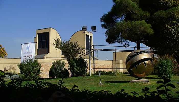 موزه هنرهای معاصر واقع در خیابان کارگر شمالی ، جنب پارک لاله
