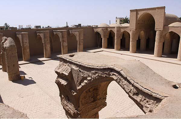 مسجد تاریخانه دامغان که در دوران ساسانیان آتشکده بوده است